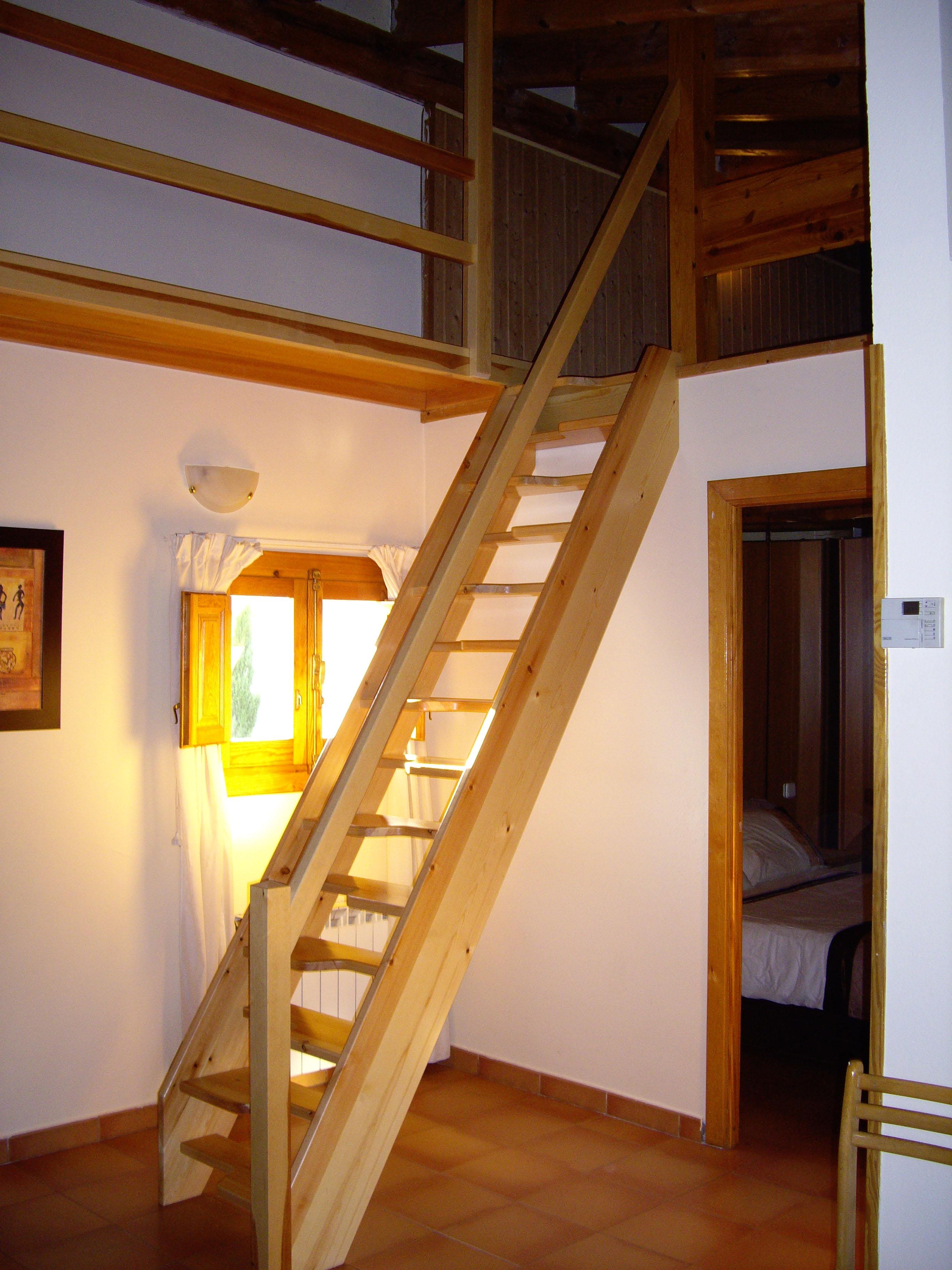 escalera de pie alterno realizada en madera de pino ideal para espacios reducidos