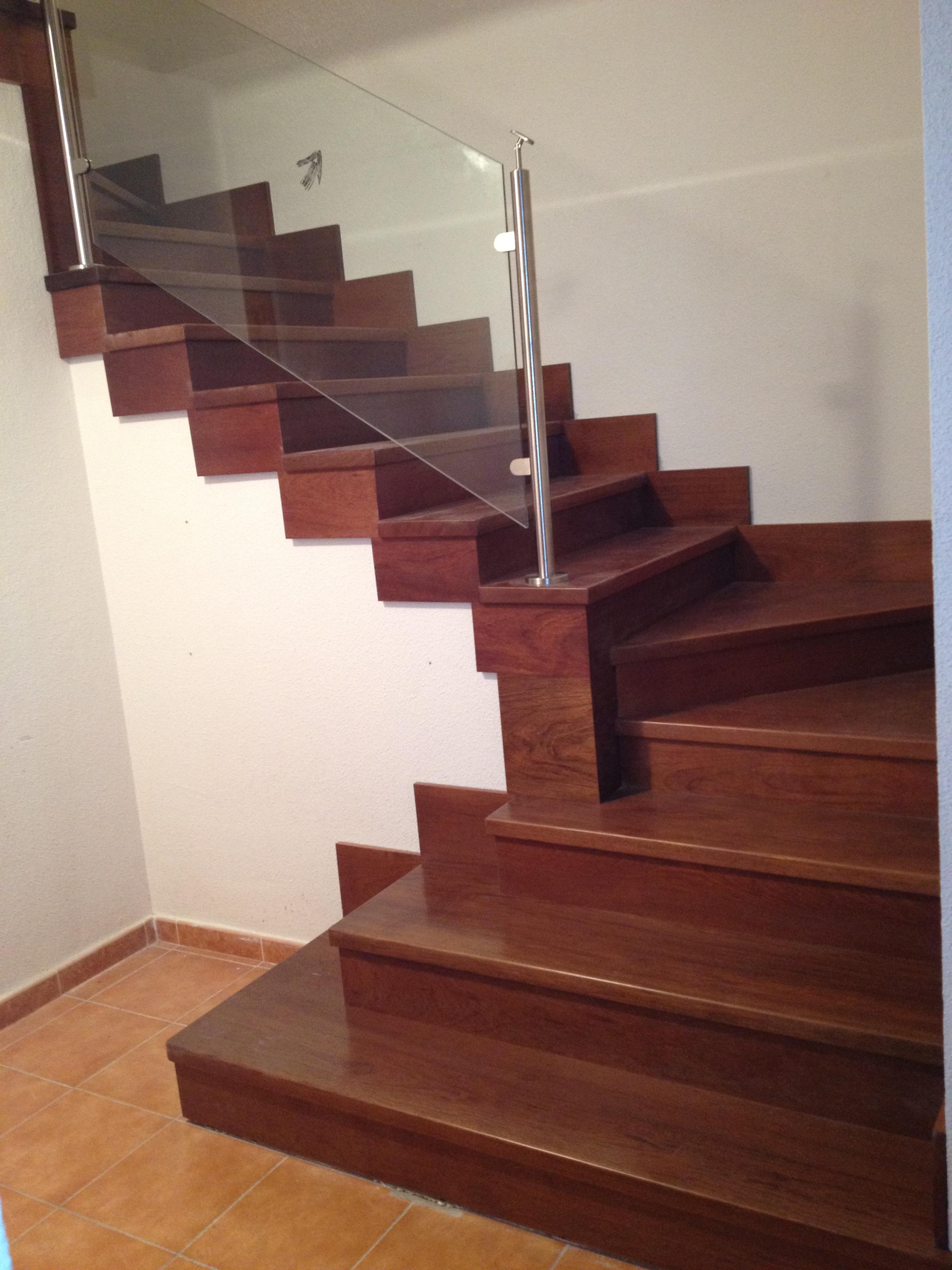 Baranda de escalera de madera decorar escaleras baranda reja madera escalera de madera marrn - Barandilla cristal escalera ...